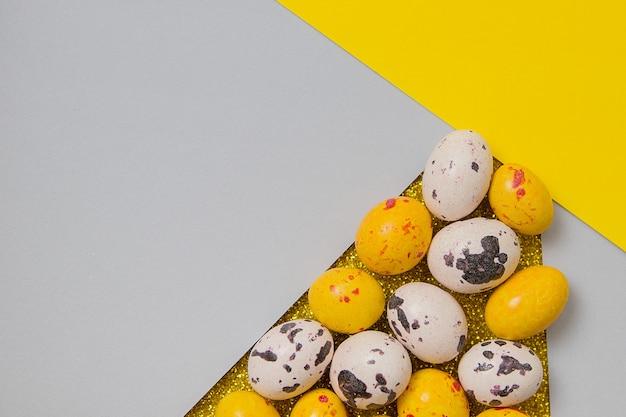 복사 공간 부활절 날에 대 한 최신 유행 색상의 상위 뷰 색 계란과 종이 배경