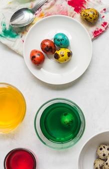 Vista dall'alto di uova colorate per pasqua con vernice