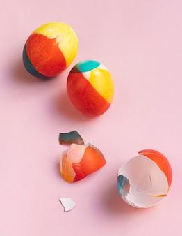 Vista dall'alto di uova colorate per pasqua con conchiglie