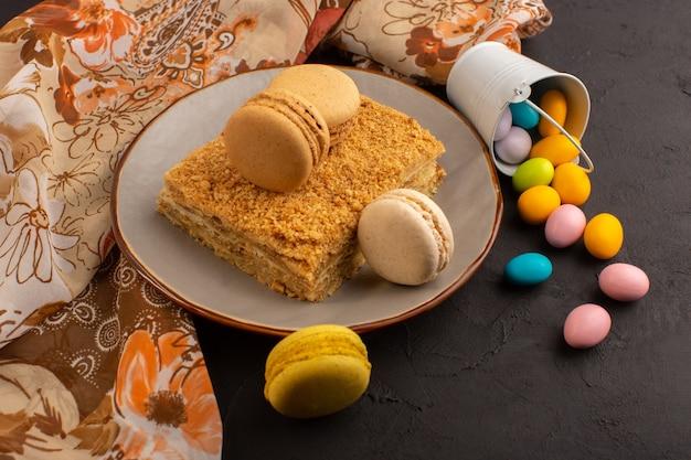 Una vista dall'alto colorato macarons francesi con caramelle squisite