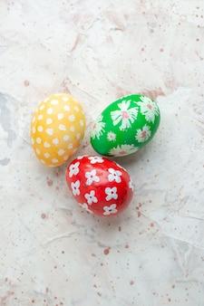 Вид сверху цветные крашеные яйца на белом фоне горизонтальный новруз весенний праздник концепция красочные богато