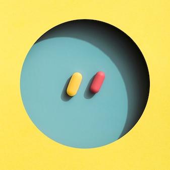 Vista dall'alto di pillole colorate in cerchio