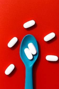 Vista superiore del cucchiaio colorato con le pillole