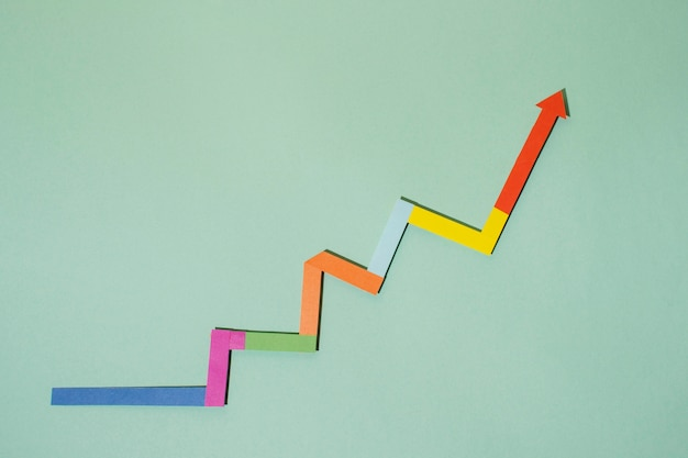 녹색 배경에 상위 뷰 다채로운 화살표 프리미엄 사진
