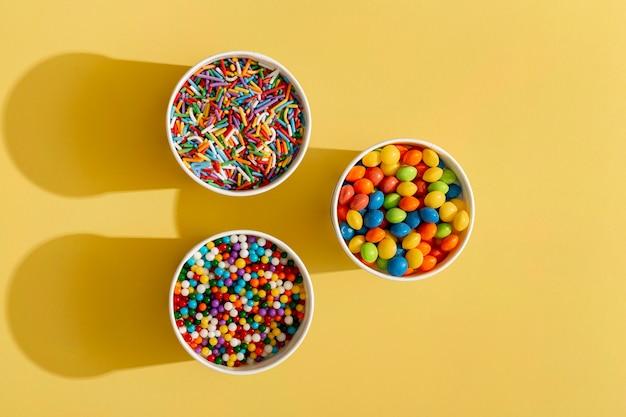 Vista dall'alto del colorato assortimento di caramelle in tazza