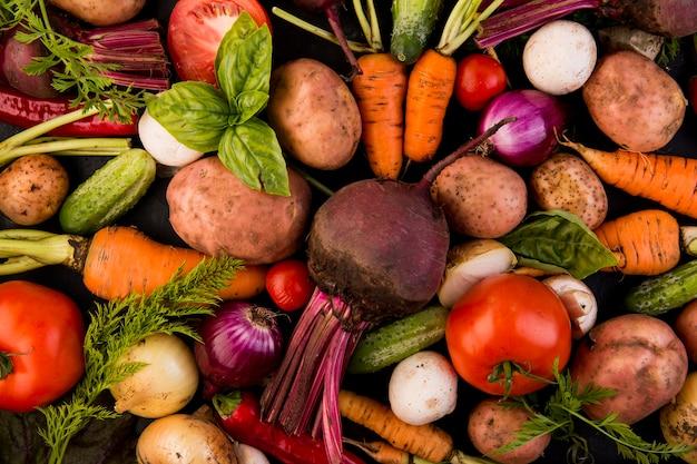 Вид сверху красочный ассортимент овощей