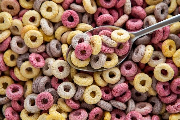 Vista dall'alto di colorati cereali per la colazione