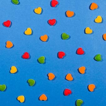 Caramelle colorate vista dall'alto su sfondo blu