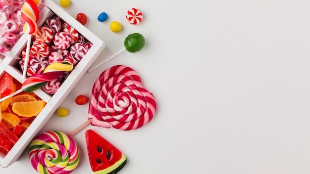 Вид сверху красочные конфеты с копией пространства