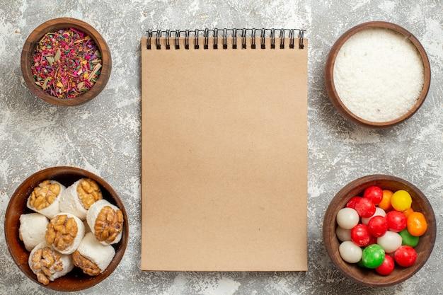 흰색 책상 색상 사탕 무지개에 너트 confitures와 상위 뷰 다채로운 사탕