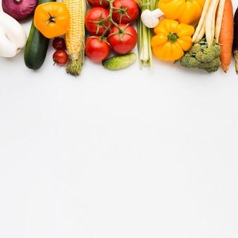 コピースペースを持つ野菜の平面図カラフルな構成
