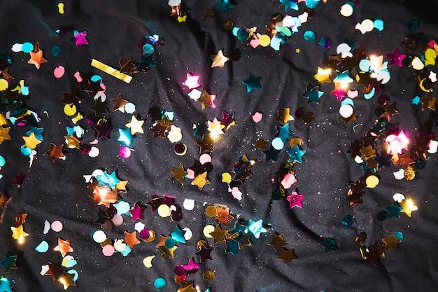 Вид сверху разноцветного конфетти для вечеринки