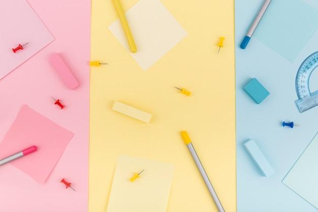Vista dall'alto del concetto di scrivania colorata