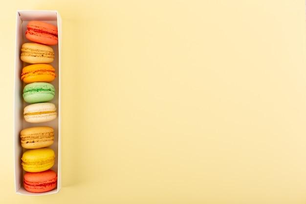 Una vista dall'alto colorati macarons francesi deliziosi e cotti al forno