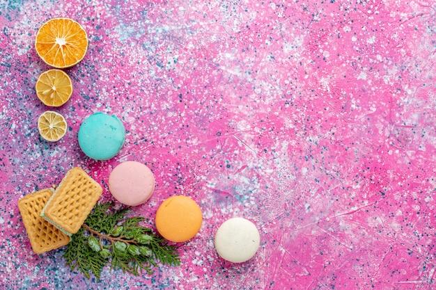 핑크 책상 케이크 달콤한 빵 파이 비스킷 설탕에 와플과 상위 뷰 다채로운 프랑스 마카롱