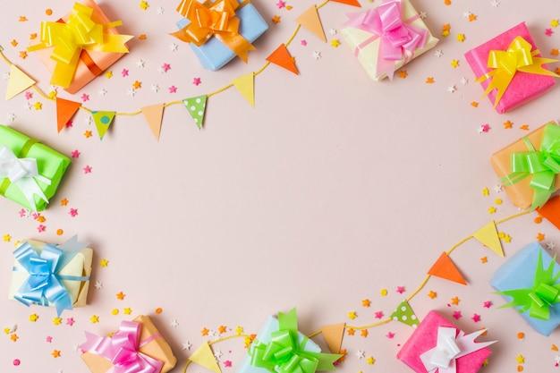 Vista dall'alto regali colorati sul tavolo