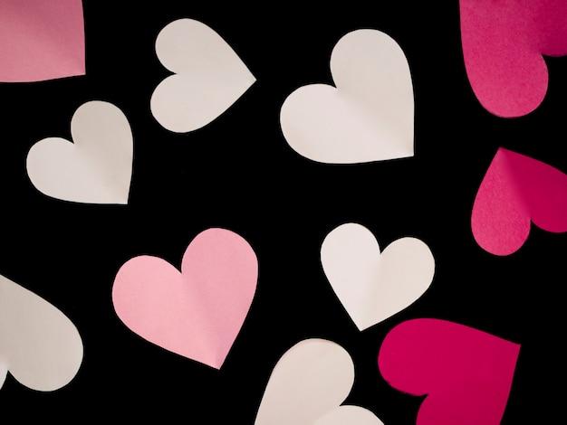 Вид сверху разноцветных сердечек на стол