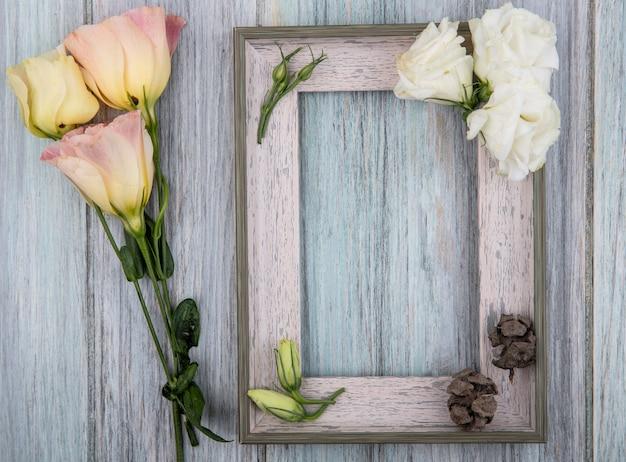 Vista dall'alto di fiori incantevoli colorati su un fondo di legno grigio con spazio di copia