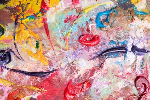 La vista superiore di pittura variopinta si rovescia sulla superficie