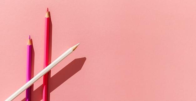 Цветная рамка сверху карандашей
