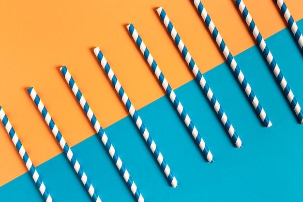 Collezione di paglia di plastica colorata vista dall'alto