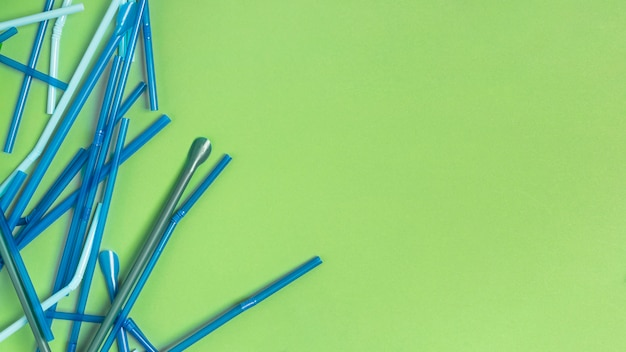 Коллекция красочных пластиковых соломинок