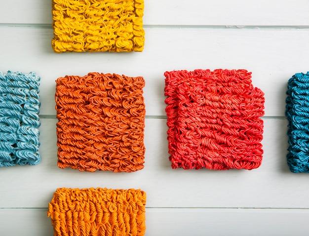 Tagliatelle ramen colorate vista dall'alto