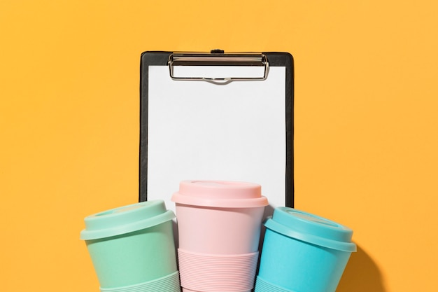 상위 뷰 다채로운 재사용 가능한 컵