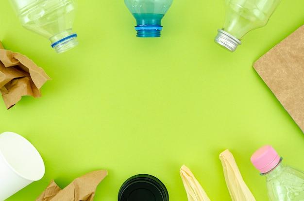 緑色の背景でトップビューカラフルな食器