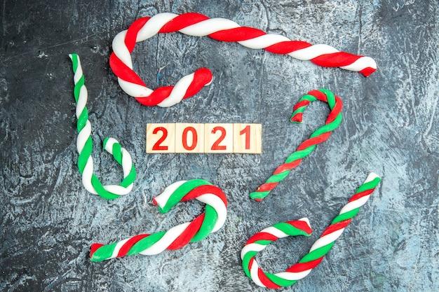 灰色の背景にカラフルなクリスマスキャンディーウッドブロックの上面図
