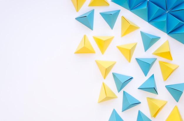 Vista dall'alto di piramidi di carta colorata e copia spazio