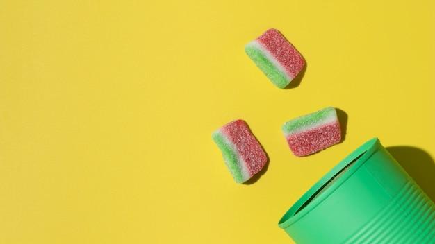 Composizione vista dall'alto di deliziose caramelle