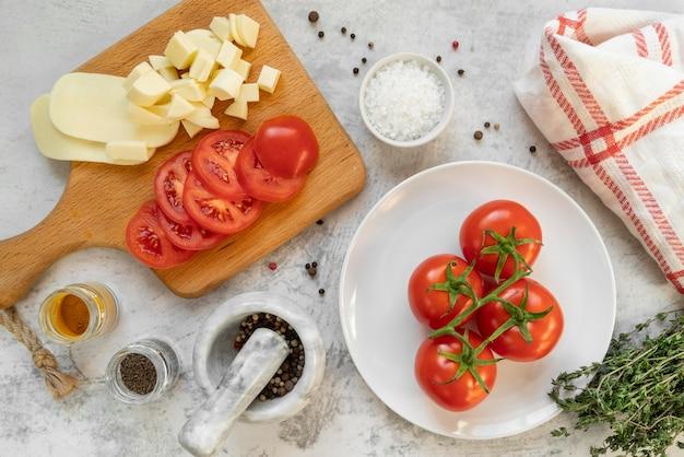 Composizione vista dall'alto di cibi e ingredienti deliziosi