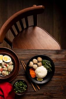 Composizione vista dall'alto di delizioso bakso indonesiano