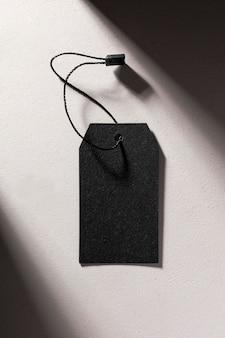 Composizione vista dall'alto dell'etichetta nera vuota su sfondo bianco