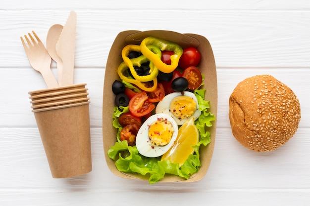 Вид сверху состав порционной еды с хлебом