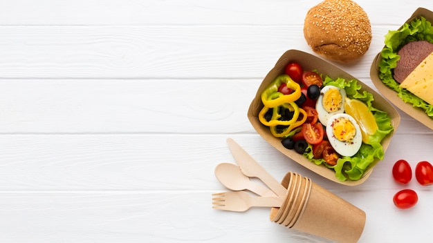 Состав вида сверху порционного обеда с копией пространства