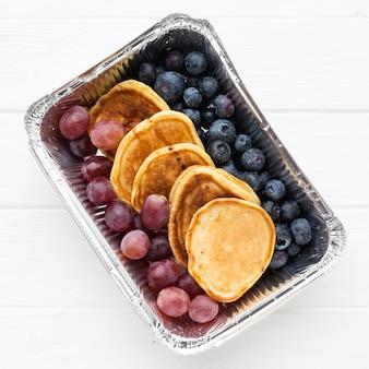Вид сверху состав вкусностей на завтрак