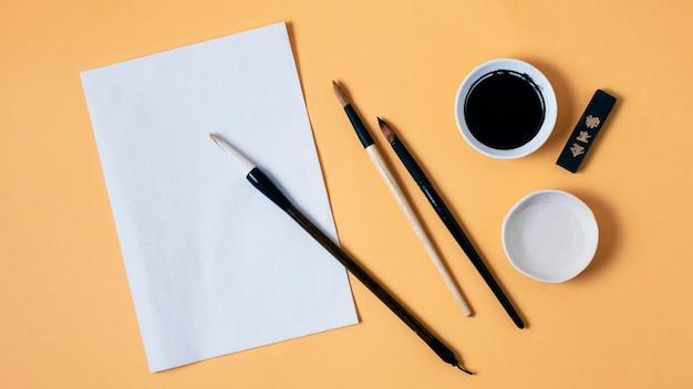 빈 종이와 중국 잉크의 상위 뷰 구성