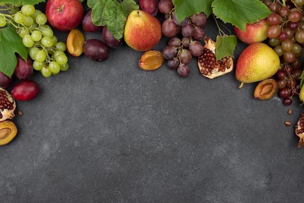 コピースペースとおいしい秋の果物の上面構成