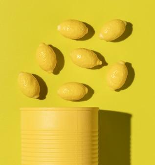 Композиция из вкусных сладких лимонных конфет, вид сверху