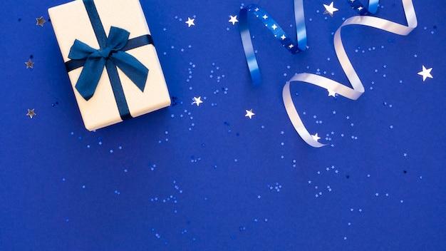 축제 포장 된 선물의 상위 뷰 구성