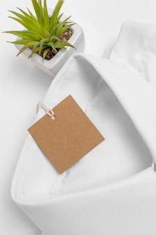 접힌 셔츠와 빈 태그의 상위 뷰 구성
