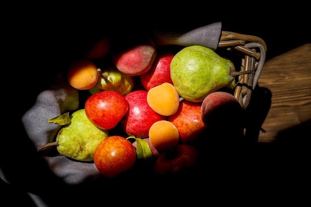 新鮮な秋の果物の平面図構成