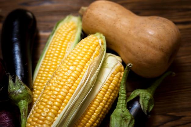 Композиция из свежих осенних овощей, вид сверху