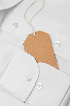 白いシャツのリサイクル可能な包装タグの上面図の構成