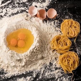 Вид сверху композиция с яйцом и мукой