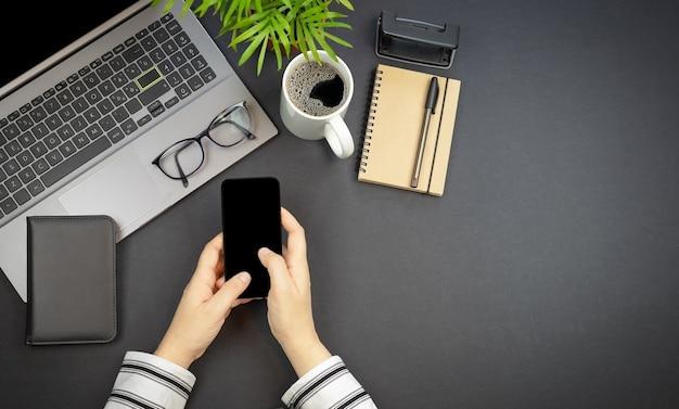 작업 공간 노트북 안경 및 복사 공간이 있는 여성의 손에 대한 상위 뷰 개념