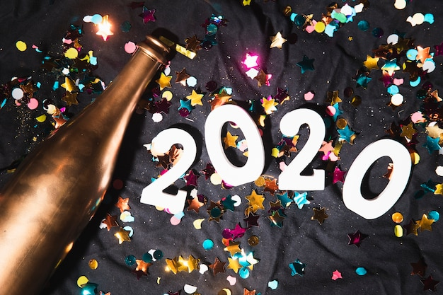 Вид сверху конфетти и знаком с новым годом