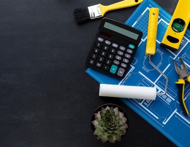 Вид сверху строительный калькулятор и инструменты для ремонта с копией пространства